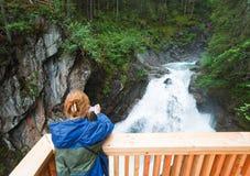 Vista di estate della cascata delle alpi Fotografie Stock
