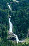 Vista di estate della cascata delle alpi Immagini Stock