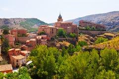 Vista di estate della città delle montagne nell'Aragona Immagini Stock