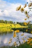 Vista di estate della superficie dell'acqua e delle rive del fiume Volga e della chiesa bianca elegante nei precedenti, città di  fotografia stock libera da diritti