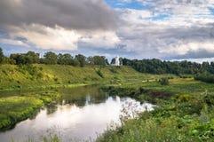 Vista di estate della superficie dell'acqua e delle rive del fiume Volga e della chiesa bianca elegante nei precedenti, città di  fotografie stock