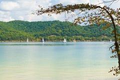 Vista di estate di un lago locale con le barche a vela nel Kentucky, U.S.A. Fotografia Stock