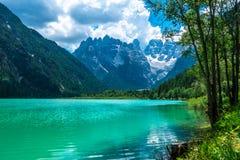 Vista di estate di Landro Lago, Cime di Lavaredo, Drei Zinnen, Dolom fotografia stock libera da diritti