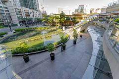 Vista di febbraio 20,2018 di compera sul centro commerciale dal secondo piano, città della città di Taguig fotografia stock