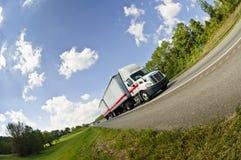 Vista di Fisheye del camion dei semi sulla strada Immagine Stock