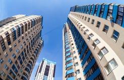 Vista di Fisheye sulle nuove costruzioni di appartamento alte Fotografia Stock Libera da Diritti
