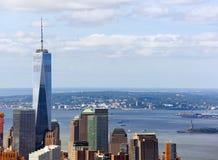 Vista di Freedom Tower con la statua della libertà Immagini Stock