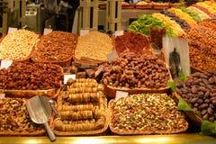 Vista di frutta secca e dei dadi al mercato a Barcellona immagini stock libere da diritti