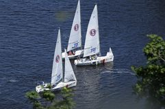 Vista di galleggiamento del fiume e delle barche a vela di Dnieper immagini stock libere da diritti