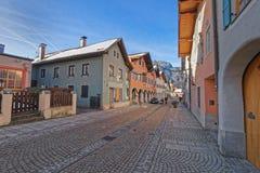 Vista di Garmisch-Partenkirchen con le case dipinte in passo luminoso Fotografia Stock Libera da Diritti