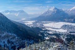 Vista di Garmisch-Partenkirchen e di Farchant Immagini Stock