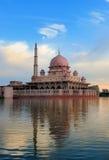 Vista di giorno del lago Putrajaya, Malesia fotografia stock