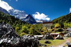 Vista di giorno del picco di montagna a Sichuan Cina immagine stock