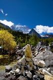 Vista di giorno del picco di montagna a Sichuan Cina fotografie stock