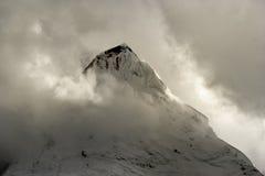 Vista di giorno del picco di montagna a Sichuan Cina immagini stock libere da diritti