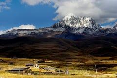 Vista di giorno dell'altopiano in Yala di Sichuan Cina immagini stock libere da diritti