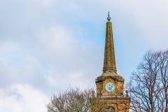 Vista di giorno della chiesa trasversale santa nel centro edificato di Daventry fotografia stock libera da diritti
