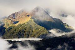 Vista di giorno delle montagne a Deqin di Yunnan Cina fotografia stock