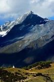 Vista di giorno delle montagne di Siguniang (quattro ragazze) fotografia stock