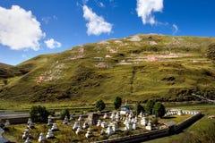 Vista di giorno dello stupa alla provincia Cina di Tagong Sichuan fotografia stock libera da diritti