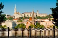 Vista di giorno di Budapest - di Watertown e del distretto del castello dal lato del parassita, Ungheria Immagini Stock