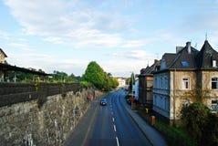 Vista di giorno soleggiato della via di Limburger della città di Diez germany Fotografia Stock