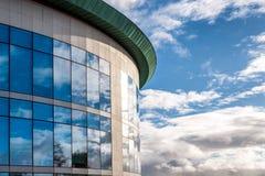 Vista di giorno soleggiato delle finestre dell'edificio per uffici corporativo di affari moderni a Northampton Inghilterra Regno  fotografia stock