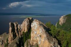 Vista di grande fiume con l'alta riva rocciosa Fotografie Stock