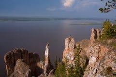 Vista di grande fiume con l'alta riva rocciosa Fotografia Stock