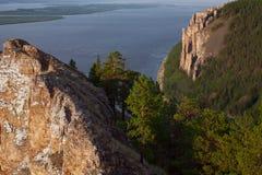 Vista di grande fiume con l'alta riva rocciosa Immagine Stock