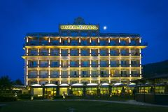 Vista di grande hotel Bristol situato in Stresa, città sul lago Magg immagine stock libera da diritti