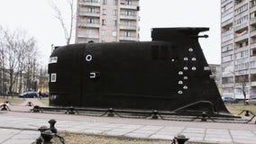 Vista di grande modello nero di dimensione del sottomarino Museo della flotta Giorno di autunno costruzioni archivi video