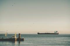 Vista di grande nave da carico o chiatta Immagini Stock