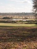vista di grande valle con il fiume del lago e fila degli alberi nella distanza fuori Immagini Stock