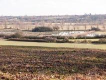 vista di grande valle con il fiume del lago e fila degli alberi nella distanza fuori del pavimento marrone di struttura Immagine Stock