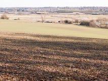 vista di grande valle con il fiume del lago e fila degli alberi nella distanza fuori del pavimento marrone di struttura Fotografie Stock Libere da Diritti