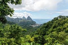 Vista di grandi chiodi da roccia sull'isola dei Caraibi dello St Lucia fotografie stock