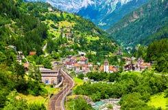 Vista di Gurtnellen, un villaggio in alpi svizzere Fotografia Stock Libera da Diritti
