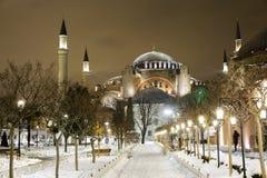 Vista di Hagia Sophia, Aya Sofya, museo in una notte nevosa di inverno Fotografia Stock