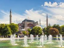 Vista di Hagia Sophia e la fontana nel centro storico di Costantinopoli, fotografia stock libera da diritti