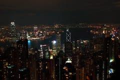 Vista di Hong Kong dal picco della Victoria alla notte immagini stock