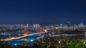 Vista di intervallo di notte di paesaggio urbano dell'orizzonte della città di Costantinopoli del ponte di bosphorus e del centro stock footage
