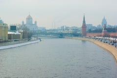 Vista di inverno al centro di Mosca con la parete di kremlin Immagini Stock Libere da Diritti
