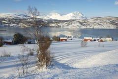 Vista di inverno al fiordo di Lavangen ed al villaggio di Soloy, contea di Troms, Norvegia Fotografia Stock