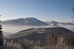 Vista di inverno alla collina di Smrk da Butoranka Immagine Stock