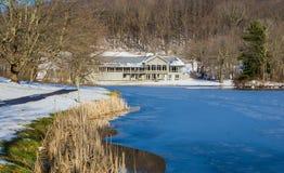 Vista di inverno dei picchi della casetta della lontra, del lago Abbott e della traccia fotografia stock libera da diritti