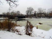 Vista di inverno del fiume di Vorskla dal ponte della città fotografia stock