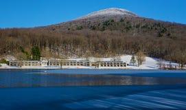 Vista di inverno del lago Abbott, picchi della montagna superiore piana del anf della casetta della lontra fotografie stock
