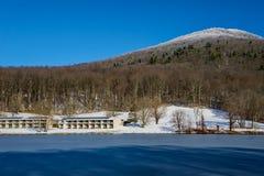 Vista di inverno del lago Abbott, picchi della montagna superiore piana del anf della casetta della lontra immagini stock libere da diritti