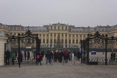 Vista di inverno del portone dell'entrata del palazzo di Schonbrunn Fotografia Stock